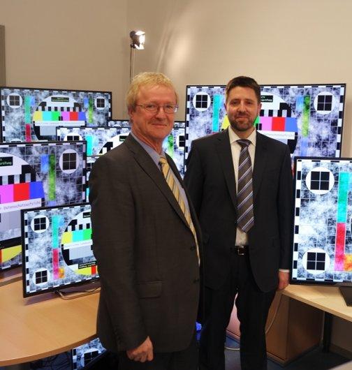 """Thomas Kranig (li.) mit Andreas Sachs, dem Leiter des Referats """"Technischer Datenschutz"""" anlässlich der Ergebnispräsentation der Smart-TV-Prüfung."""