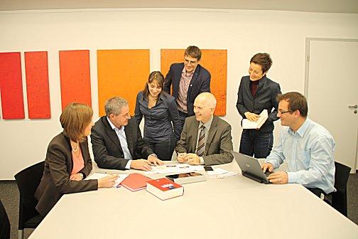 Dieter Kugelmann (3. von rechts) im Kreis einiger seiner Mitarbeiter.